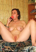 Loose milf gives her pussy a good dildo workout