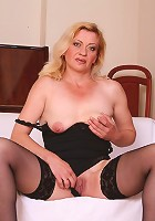 Blonde mature hottie gets her slit double dicked