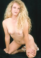 White skinned mature hottie lifting tits