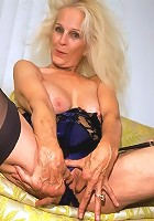 Blonde granny showing dried-up sex assets