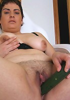 Mature Carnita loves to play with her pussy