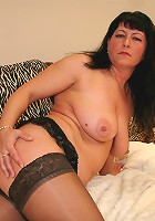 Succulant mature slut playing on the bed