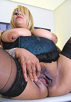 Chubby mature slut playing on her bed with her pussy