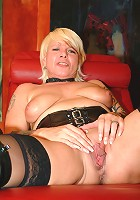 This mature honey loves to fist herself