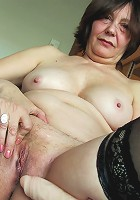 This housewife loves to play with herself