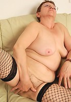 This naughty mature slut loves to play with her pussy