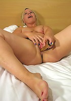 This kinky mature slut loves to do it alone