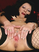 Classy mature lady masturbates when she wants