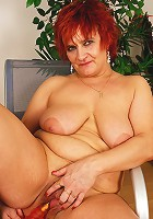This horny mama loves to play with herself