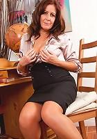 Voluptous Carol Foxwell loves teasing herself