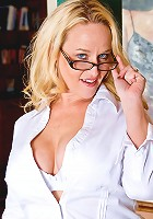 Strict milf Dee Siren shows her deep cleavage and huge tits in a bra