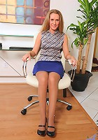 Anilos Sara James gets naked and bangs her mature pussy with a glass dildo in the office