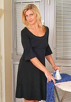 34 year old Yasmin quits her housework to spread her trimmed gash