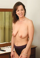 Absolutely gorgeous Canadian MILF spreading her beaver