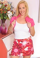 Blonde housewife gets her freak on with the poolboy!