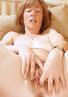 Older housewife pumps her pussy