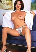 Smoking hot brunnette spreading 43 year old pussy