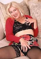 Blonde grandma spreads them wide